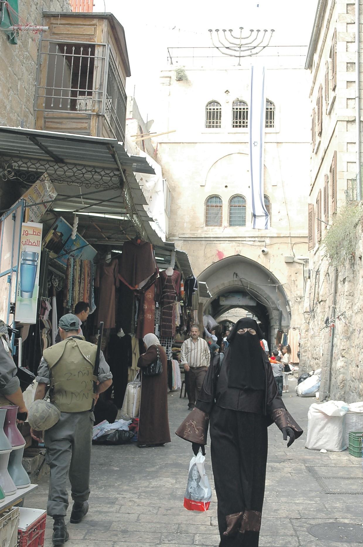 Miten saada mahtumaan mahdollisimman suuri määrä palestiinalaisia mahdollisimman pieneen tilaan?