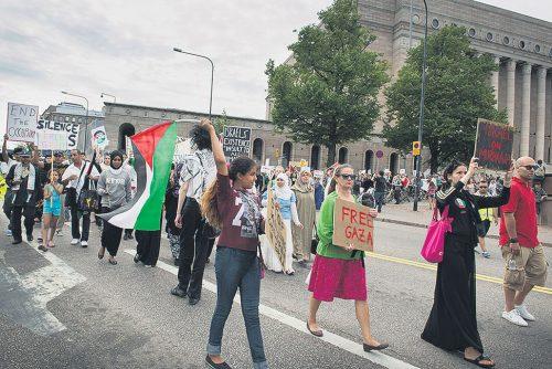 23.8. oli Helsingissä yksi monista Näpit irti Gazasta -mielenosoituksista.
