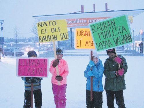 24.10. YK:n päivänä vaadittiin aseiden sijaan leipää ja keskustelutilaisuudessa tutkija Jarmo Pykälä alusti asevarustelun trendeistä.