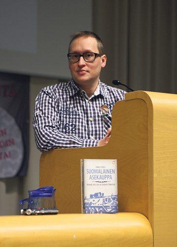 Tutkija Jarmo Pykälä vieraili Suomalaisesta asekaupasta -kiertueellaan 17.2. Uudessa-kaupungissa ja 15.4. Lahdessa sekä useilla muilla paikkakunnilla.