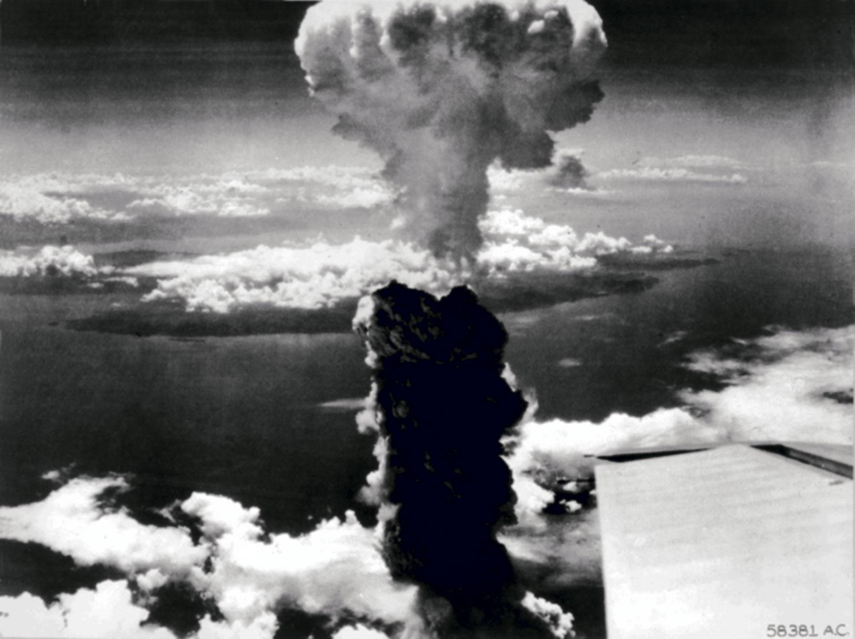 B-29:stä otettu valokuva Fat Manin räjähdyksestä