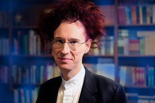Rauhantekijä Syksy Räsänen: Kosmologi, gootti ja rauhanaktivisti