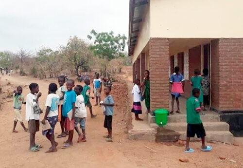 Joulutoiveena ateria fiksun koulun oppilaille Malawissa